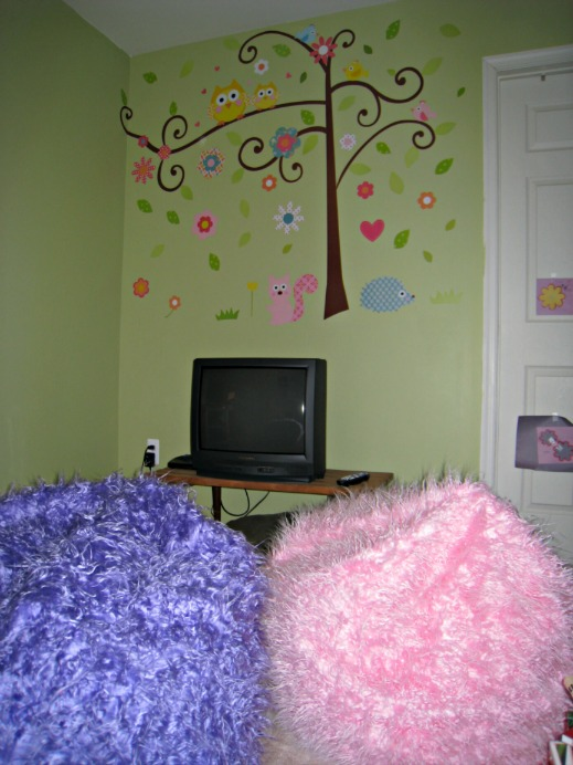 tv area, wall mural, kids