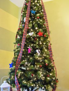 Homespun Plaid Christmas Tree {Christmas in Small Spaces}