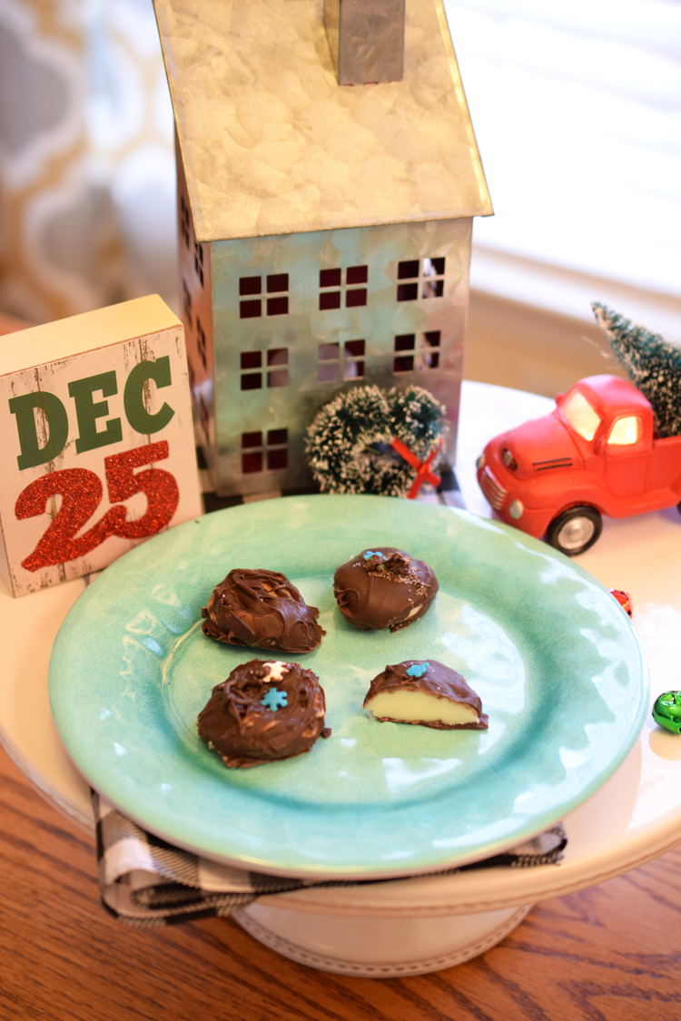 These super easy homemade peppermint patties make delicious Christmas gifts! Visit Mom Home Guide for the recipe.