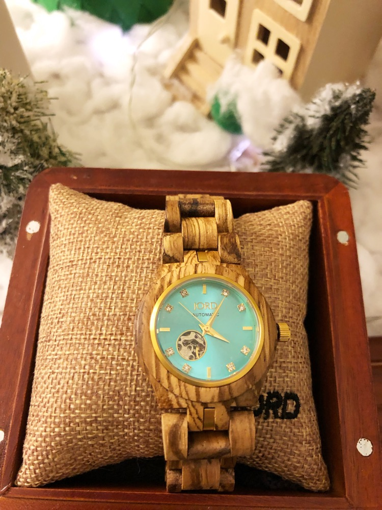 Each JORD watch comes with its own cedar humidor box that can be engraved.