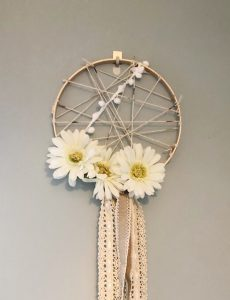 This beautiful dreamcatcher is beautiful and so easy and quick to make!