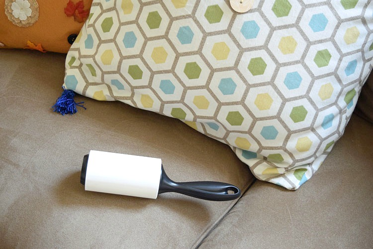 Picking up crumbs with the Scotch-Brite™ 50% Stickier Lint Roller
