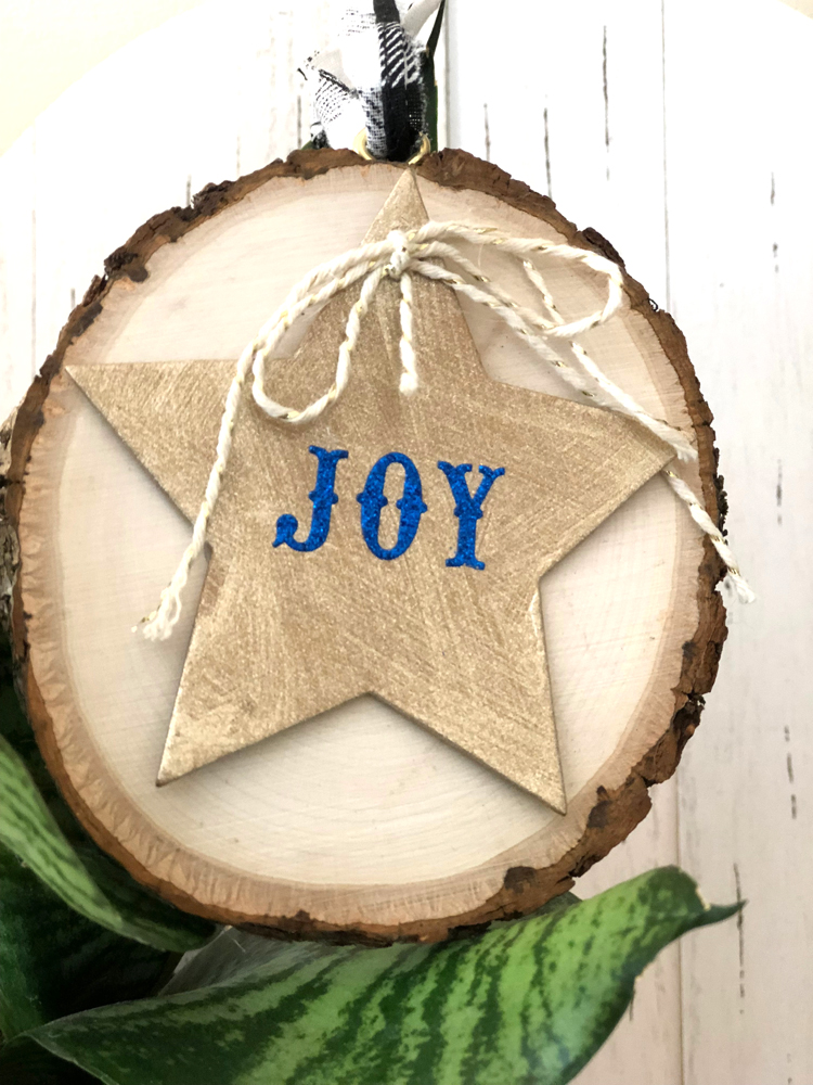 This easy rustic wood slice ornament is beautiful, yet so easy to make. It will fit in perfectly with your farmhouse style Christmas decorations.