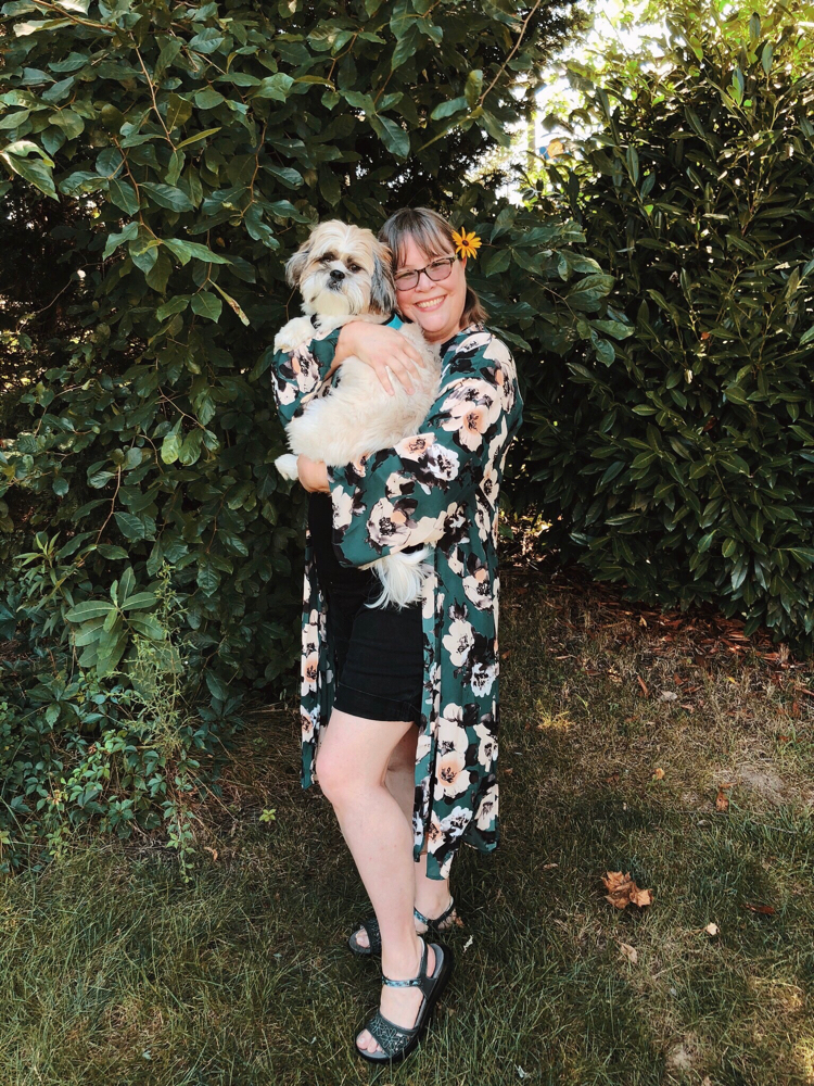 Lauren Kim of Mom Home Guide is wearing a green chiffon floral kimono from PinkBlush. She is also holding her Shih Tzu puppy.
