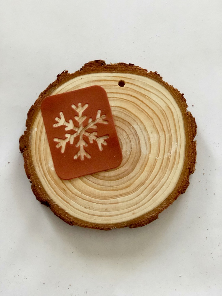how to stencil a wood slice ornament