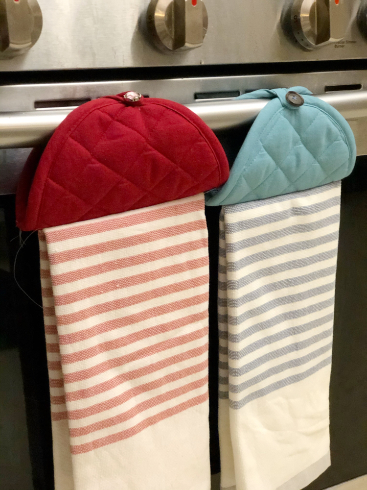 Follow this truly simple tutorial to create your own farmhouse style hanging dish and kitchen towels.