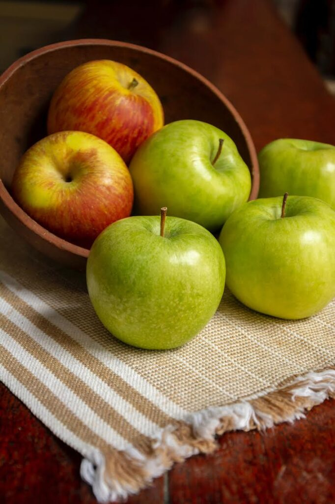 bowl of Granny Smith and other apples