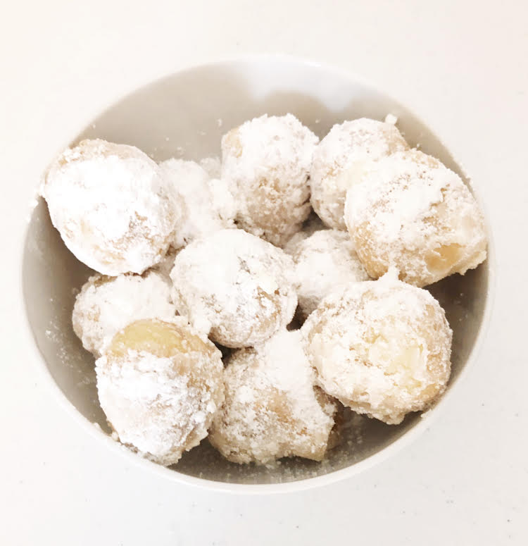 air fryer zeppoles dusted with sugar