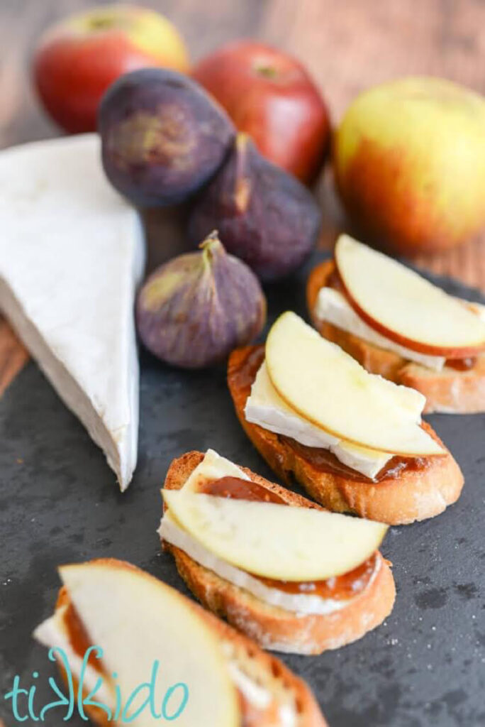 I love this delicious recipe for crostini with figs, apples and brie.